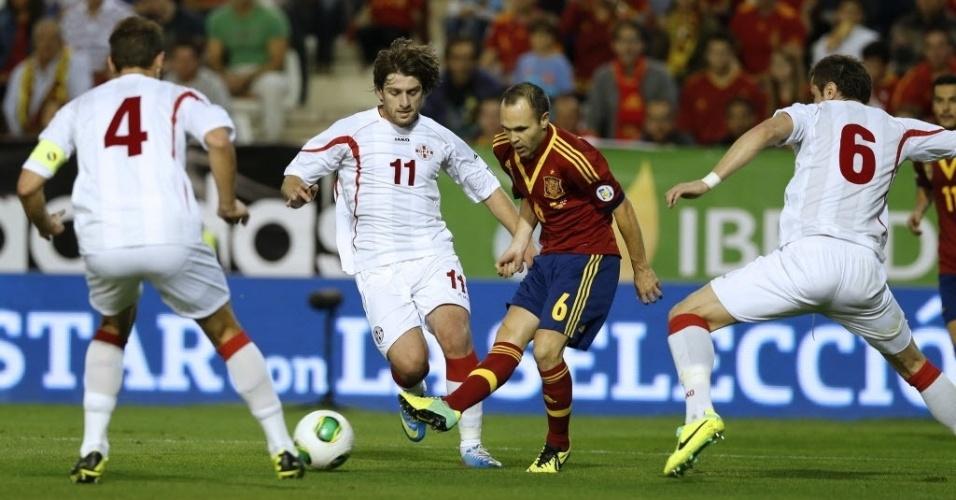 15.out.2013 - Andrés Iniesta arma a jogada para a Espanha contra a Geórgia durante partida pelas eliminatórias da Copa-14; espanhóis venceram por 2 a 0