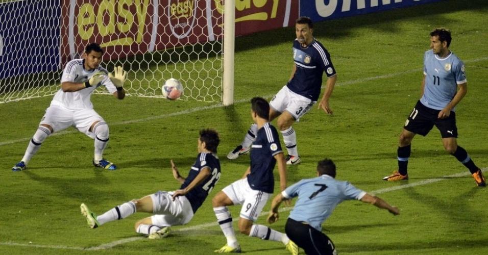 15.out.2013 - Cristian Rodríguez chuta para fazer 1 a 0 para o Uruguai contra a Argentina, em partida das eliminatórias da Copa-14; uruguaios venceram por 3 a 2