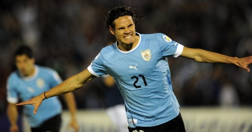 15.out.2013 - Edinson Cavani comemora após marcar para o Uruguai contra a Argentina, em partida das eliminatórias da Copa-2014; uruguaios venceram por 3 a 2