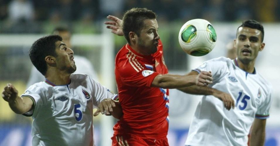 15.out.2013 - Elnur Allahverdiyev e Ruslan Abishov, do Azerbaijão, disputam pela bola com Viktor Fayzulin, da Rússia, em jogo das Eliminatórias Europeias