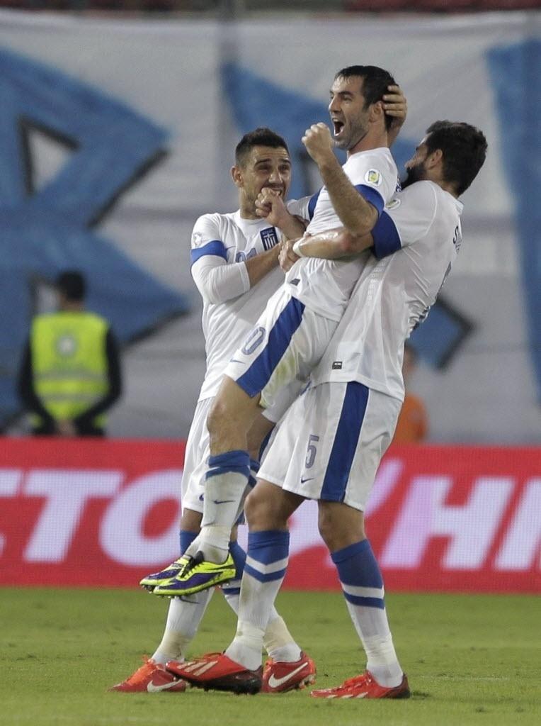 15.out.2013 - Giorgos Karagounis comemora com seus colegas de seleção após marcar para a Grécia contra Liechtenstein pelas eliminatórias da Copa-2014; gregos venceram por 2 a 0