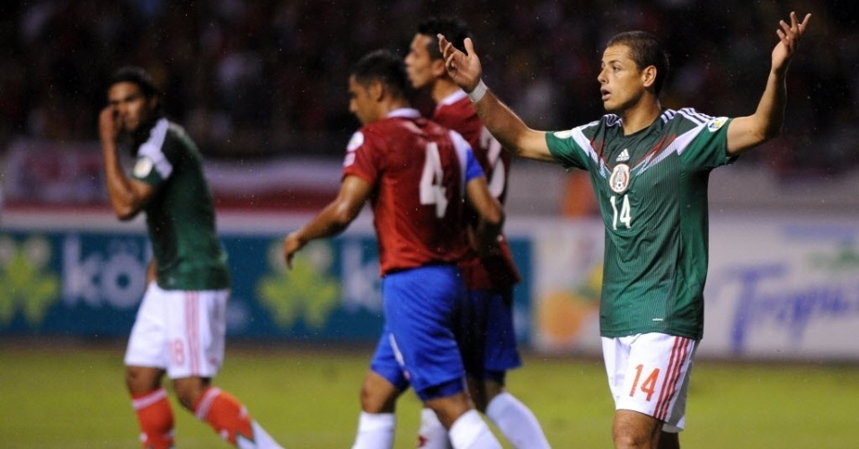 15.out.2013 - Javier 'Chicharito' Hernández reclama de gol anulado pela arbitragem na partida do México contra Costa Rica pelas eliminatórias da Copa-14; costarriquenhos ganharam por 2 a 1