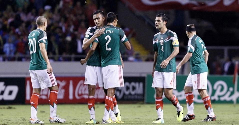15.out.2013 - Jogadores do México comemoram gol marcado na partida contra Costa Rica pelas eliminatórias da Copa-14; costarriquenhos venceram por 2 a 1