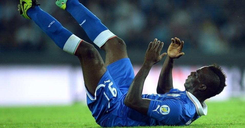 15.out.2013 - Mario Balotelli lamenta chance perdida durante o empate entre Itália e Armênia pelas eliminatórias da Copa-14; partida terminou empatada por 2 a 2