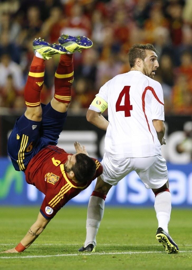 15.out.2013 - Negredo vira a bicicleta e quase marca para a Espanha durante partida contra a Geórgia pelas eliminatórias da Copa-2014; espanhóis venceram por 2 a 0