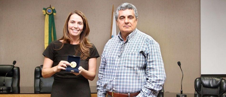 15.out.2013 - Patrícia Amorim recebe medalha do presidente da Ferj, Rubens Lopes