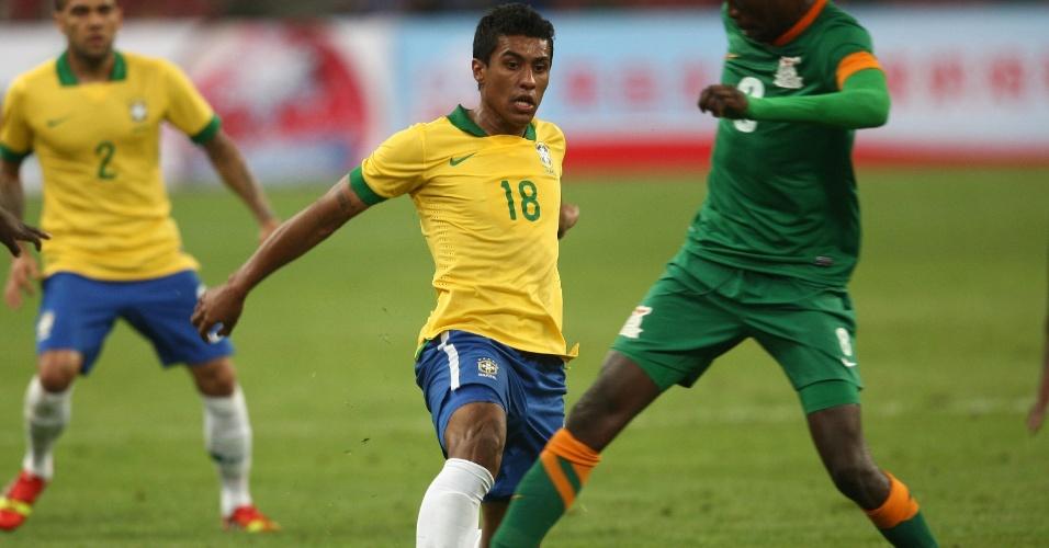15.out.2013 - Paulinho tenta passe durante o confronto do Brasil contra a Zâmbia em Pequim