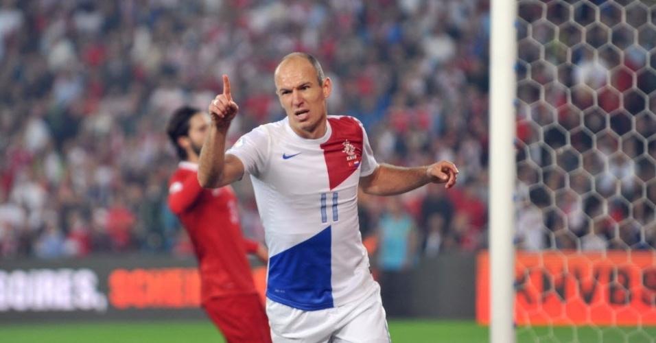 15.out.2013 - Robben comemora após marcar para a Holanda contra a Turquia pelas eliminatórias da Copa-14