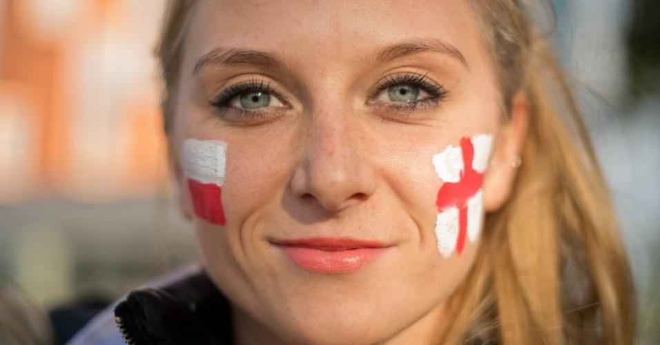 15.out.2013 - Torcedora divide sua simpatia e pinta no rosto as bandeiras dos adversários Polônia e Inglaterra em jogo válido pela Eliminatórias Europeias para a Copa de 2014