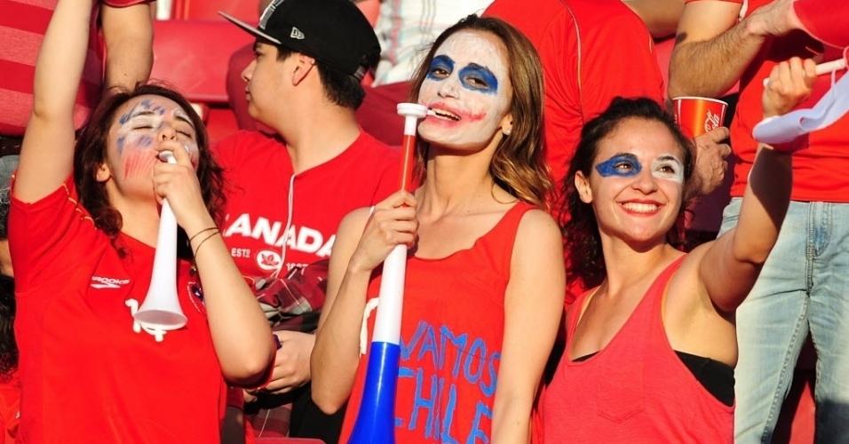 15.out.2013 - Torcedoras do Chile se divertem antes do início da partida contra o Equador, pelas Eliminatórias Sul-Americanas para a Copa do Mundo