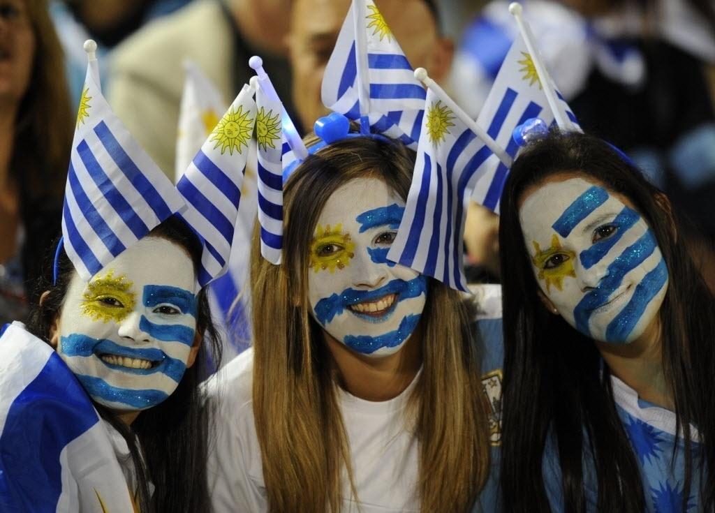 15.out.2013 - Torcedoras do Uruguai pintam o rosto para assistir à partida contra o Equador, pelas Eliminatórias Sul-Americanas para a Copa do Mundo