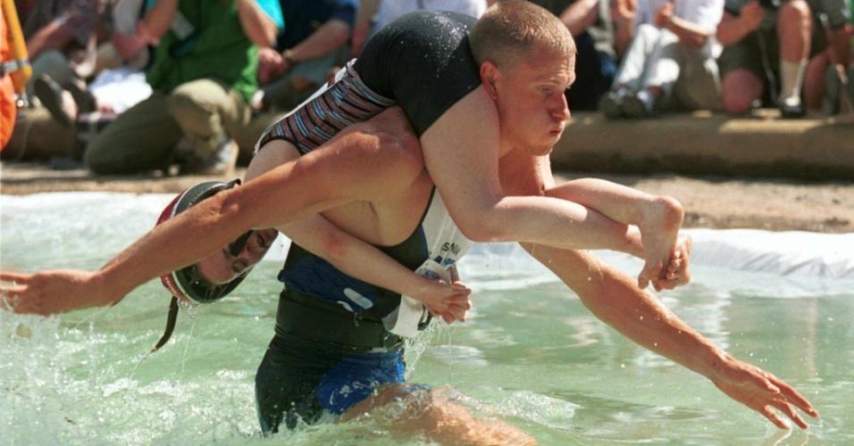 Diferente dos EUA, o campeonato finlandês utiliza piscina comum no lugar da de lama