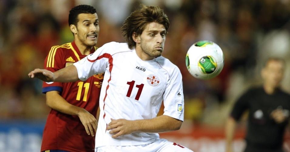 Pedro (esq.), atacante da Espanha, disputa a bola com Grigalashvili, da Geórgia, em partida das eliminatórias da Copa-2014; espanhois venceram por 2 a 0