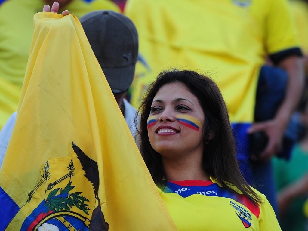 15.out.2013 - Torcedora do Equador faz festa durante jogo contra o Chile