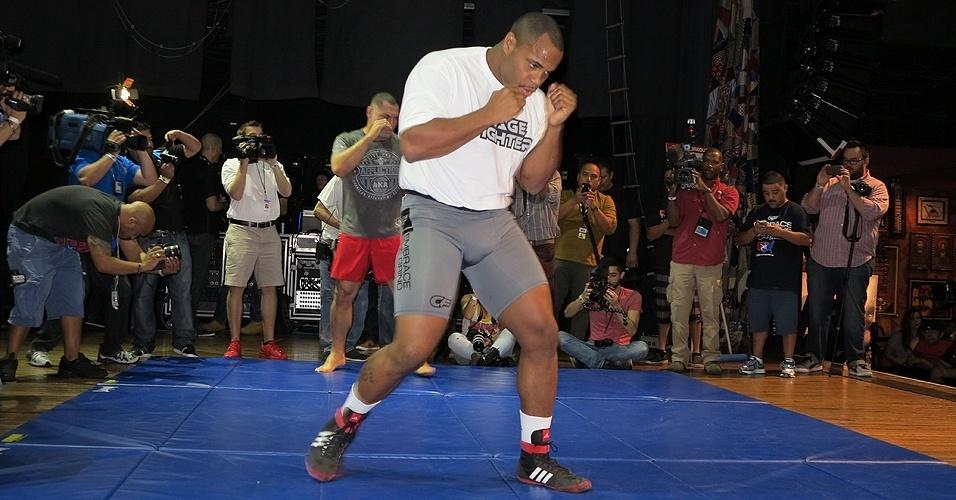 16.out.2013 - Daniel Cormier e Cain Velásquez se preparam para treino aberto do UFC 166. Evento acontece em Houston, no dia 19 de outubro
