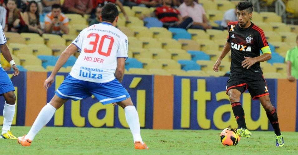 16.out.2013 - Léo Moura, lateral do Flamengo, domina a bola durante jogo contra o Bahia pelo Brasileiro