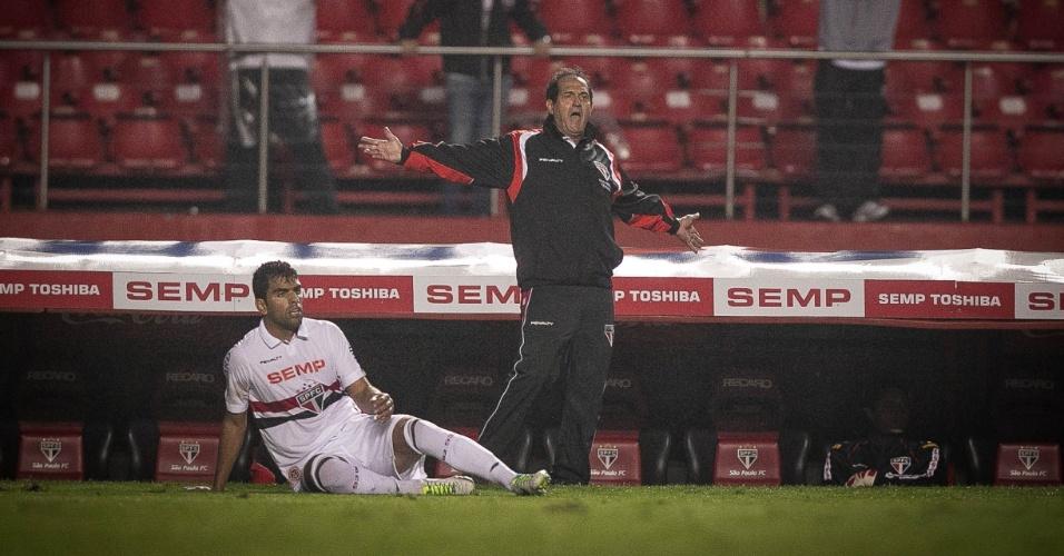 16.out.2013 - Muricy Ramalho, técnico do São Paulo, reclama com a arbitragem durante jogo contra o Náutico pelo Brasileirão