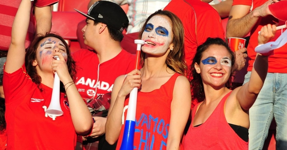 16.out.2013 - Torcedoras chilenas pintam o rosto durante o jogo contra o Equador