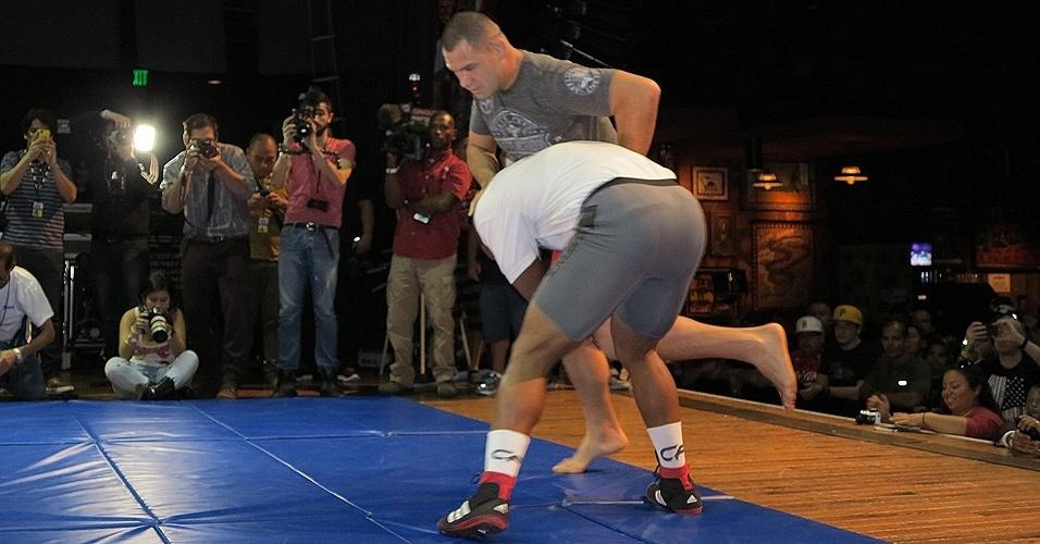 16.out.2013 - Treino aberto do UFC 166 tem a participação de Cain Velásquez e Daniel Cormier. Evento acontece em Houston, no dia 19 de outubro