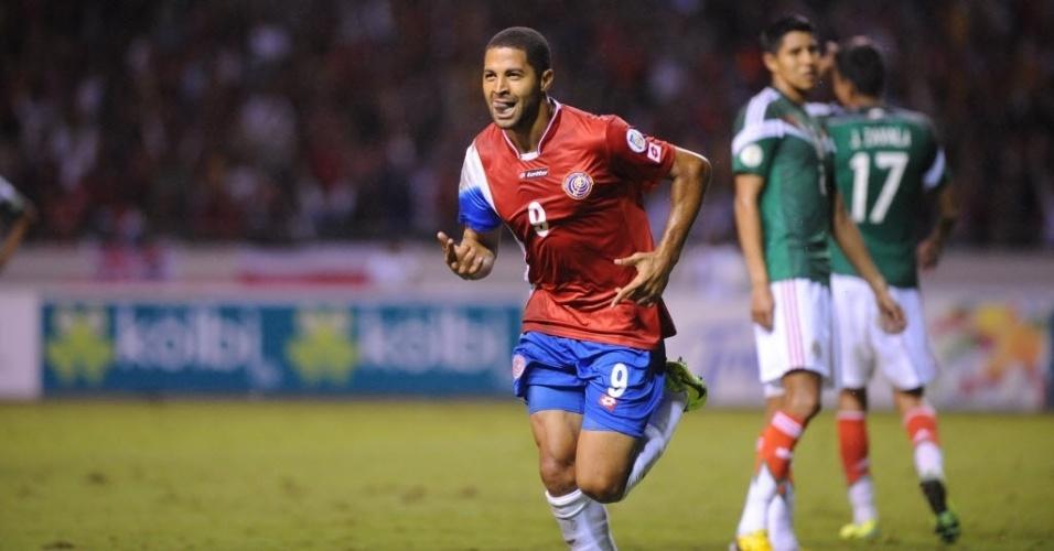 15.out.2013 - Alvaro Saborio comemora após marcar o segundo gol da Costa Rica contra o México; costarriquenhos venceram por 2 a 1