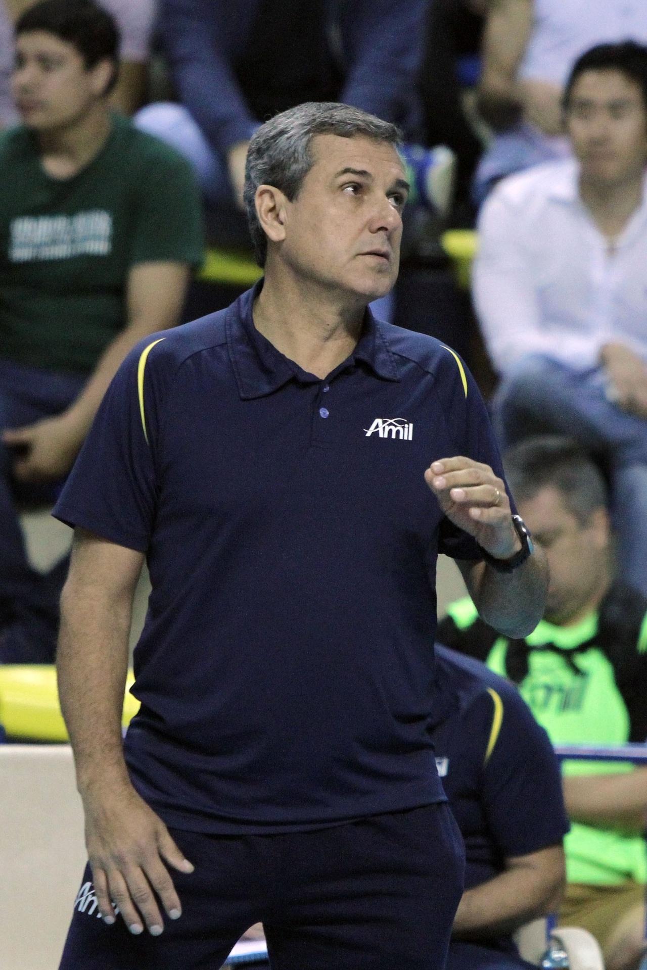 José Roberto Guimarães, técnico do Vôlei Amil, comanda a equipe na partida contra o Sesi, pelo Campeonato Paulista