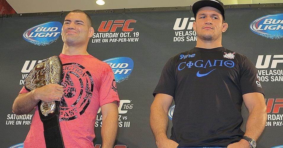 17.out.2013 - Junior Cigano posa ao lado do seu rival no UFC, Cain Velazques, em evento destinado à imprensa em Houston, nos EUA