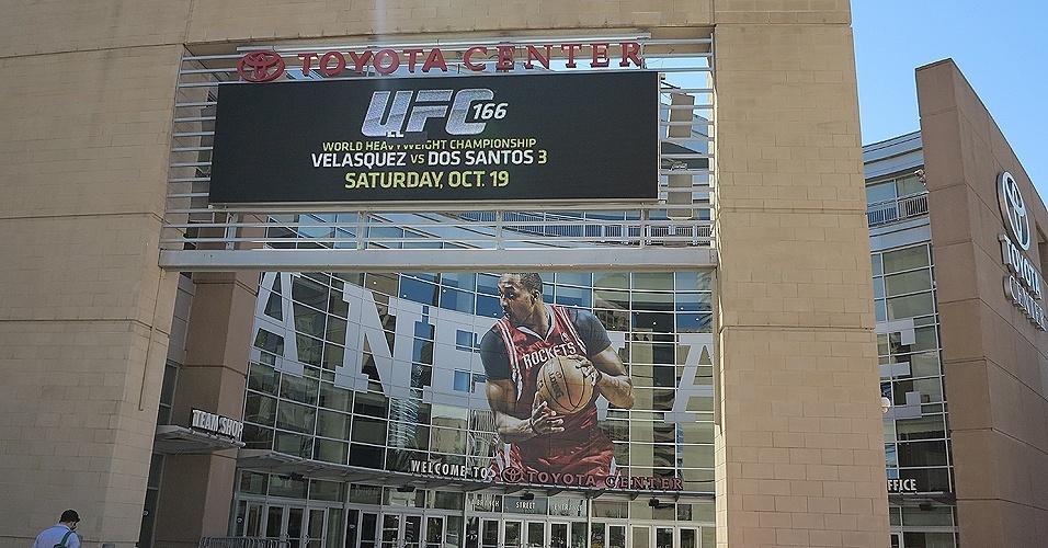 17.out.2013 - Fachada da arena Toyota Center já exibe cartaz da luta entre Velasquez e Cigano