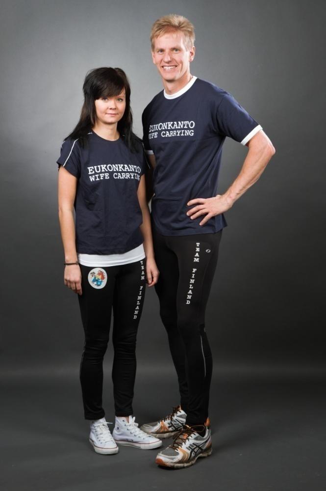 Taisto Miettinnen e Kristiina Haapanen. Desde 2009, casal finlandês é campeão invicto no Wife Carrying