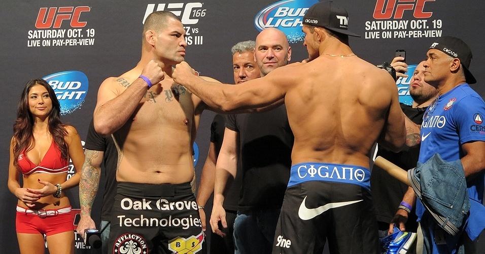 18.10.2013 - Cigano e Velásquez se encaram durante a pesagem para o UFC 166
