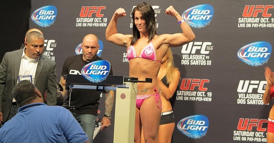 18.10.2013 - Jessica Eye fica de biquini durante a pesagem do UFC nesta sexta-feira