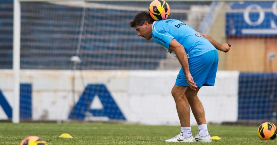 18.10.2013 - Renato Gaúcho brinca com a bola em treinamento do Grêmio no Olímpco