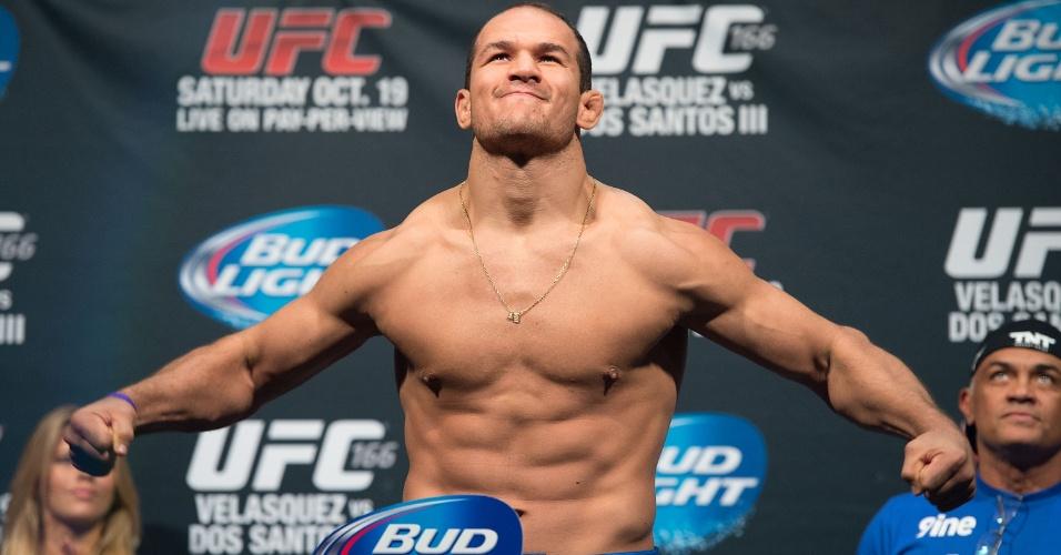 Junior Cigano faz pose durante pesagem para terceira luta contra Cain Velasquez