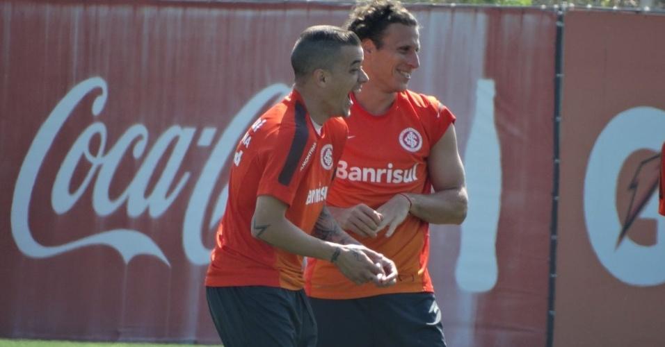 19.10.2013 - D'Alessandro e Forlán brincam antes de treino recreativo do Inter na véspera do Gre-Nal