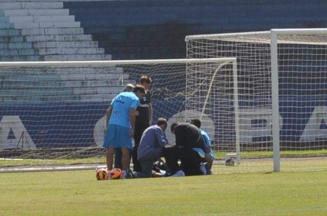 19.10.2013 - Médicos do Grêmio correm para avaliar susto em goleiro Dida