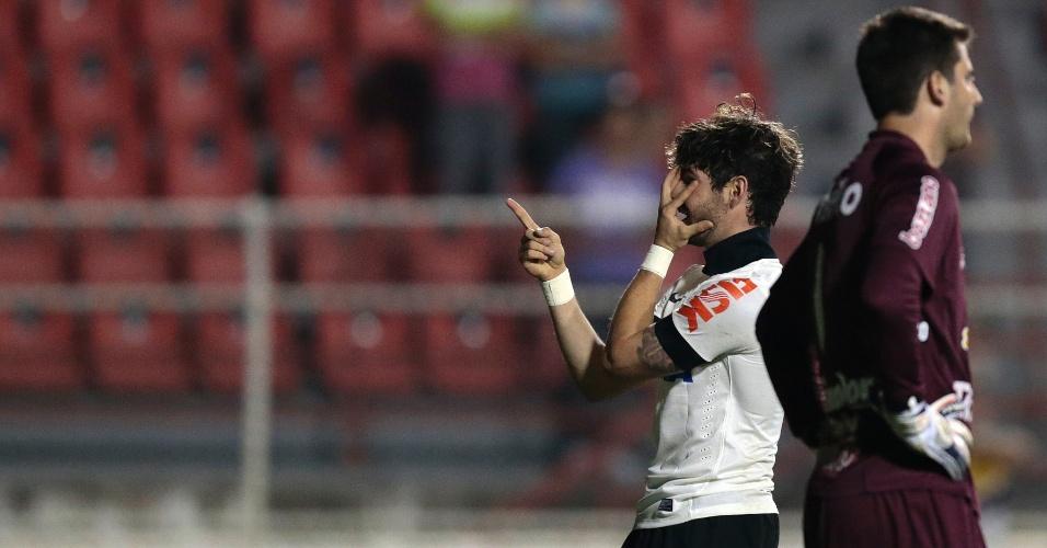 19.out.2013 - Alexandre Pato comemora o gol do Corinthians contra o Criciúma