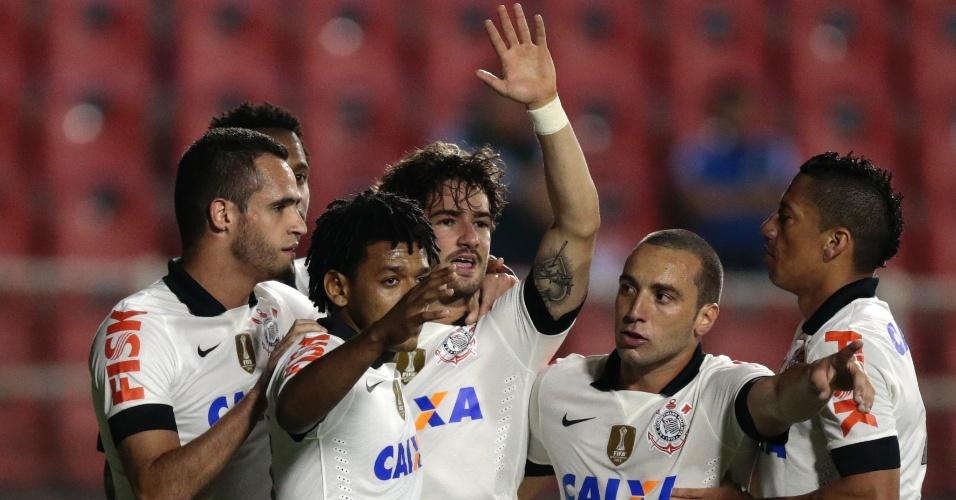 19.out.2013 - Jogadores abraçam Alexandre Pato, autor do gol do Corinthians sobre o Criciúma