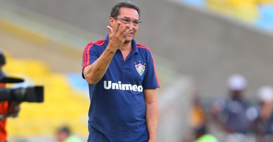 19.out.2013 - Luxemburgo gesticula durante o empate entre Fluminense e Ponte Preta