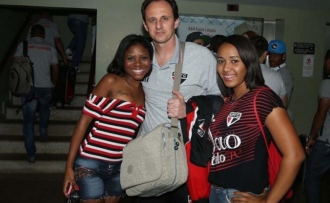 19.out.2013 - O goleiro Rogério Ceni é recebido com festa em Salvador, antes do jogo contra o Bahia