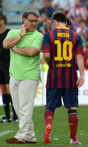 29.set.2013 - Tata Martino, técnico do Barcelona, conversa com Lionel Messi
