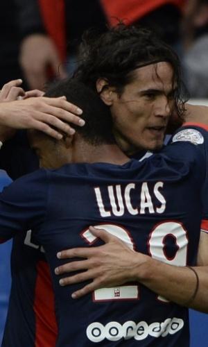 Cavani é abraçado por Lucas, que fez ótima partida na vitória do PSG contra o Bastia