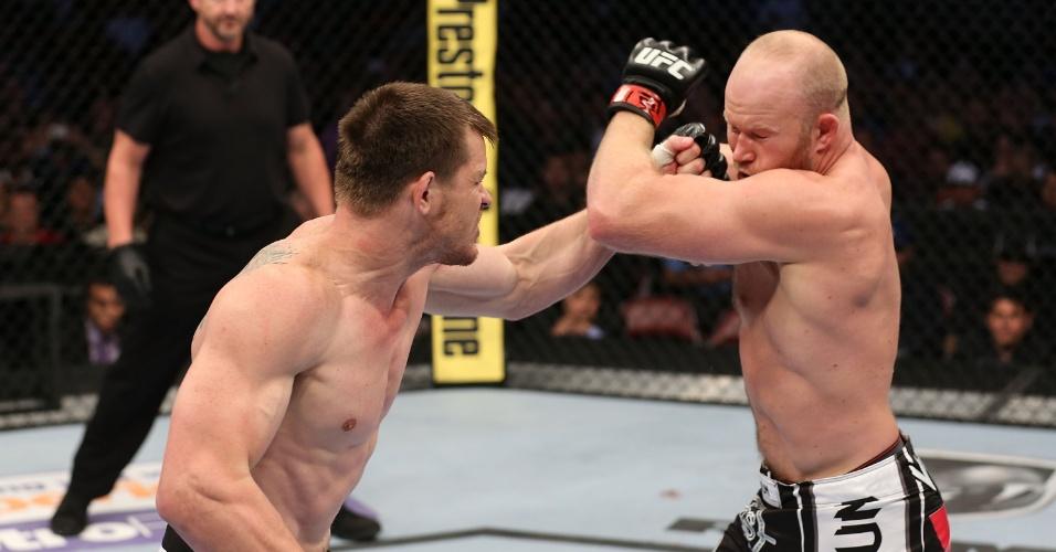 CB Dollaway acerta soco no rosto de Tim Boetsch durante o UFC 166