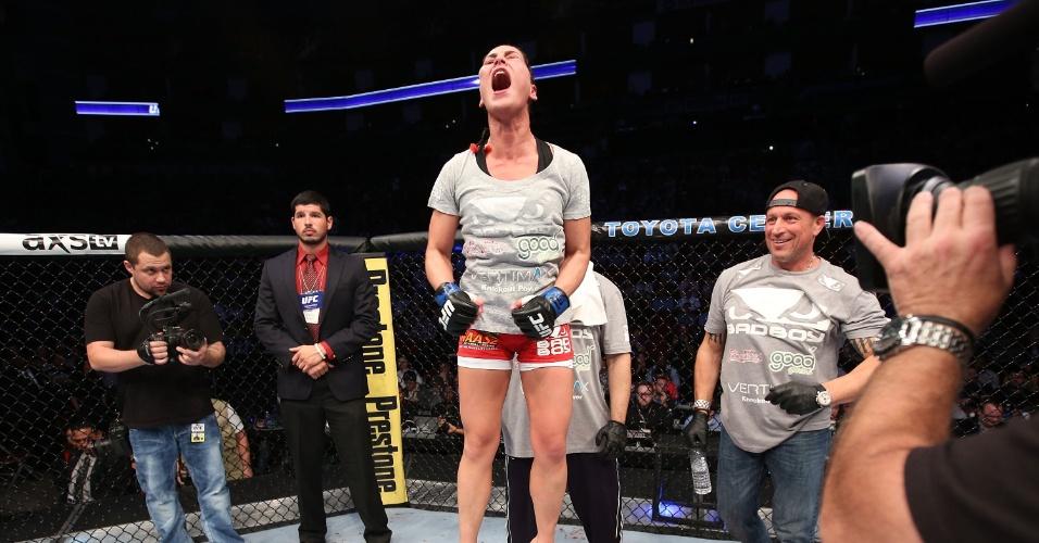 Jessica Eye comemora vitória sobre Sarah Kaufman na luta feminina do UFC 166