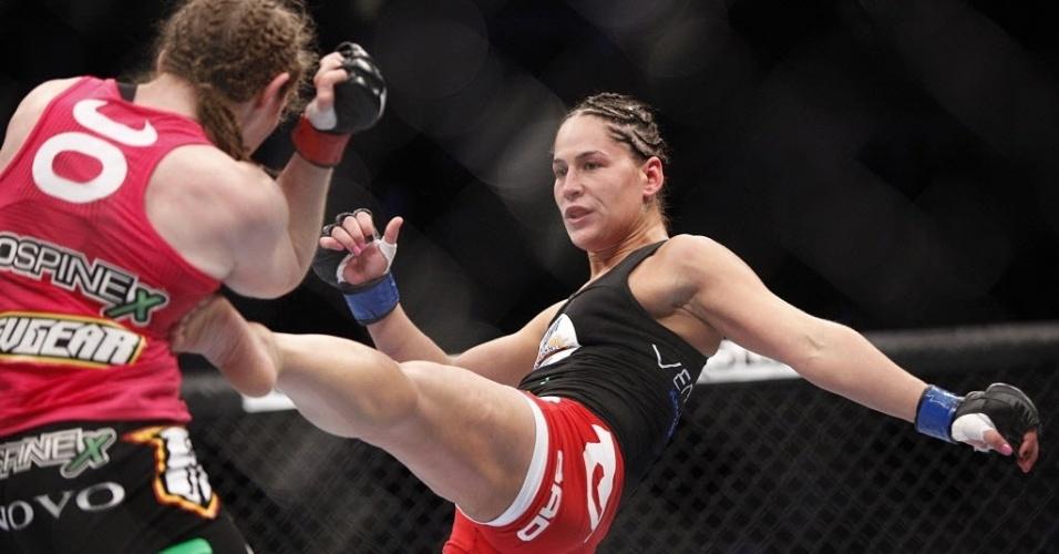 Jessica Eye dá chute em Sarah Kaufman no UFC 166