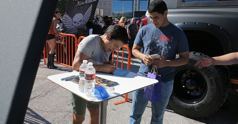 Joseph Benavidez, desafiante pelo cinturão dos moscas do UFC, dá autografo antes do UFC 166