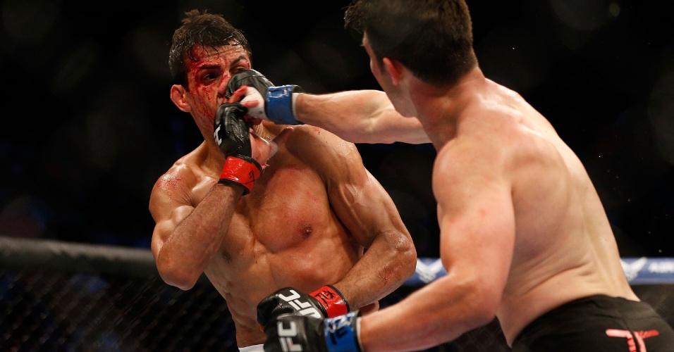 KJ Noons acerta soco no nariz de George Sotiropoulos durante o UFC 166
