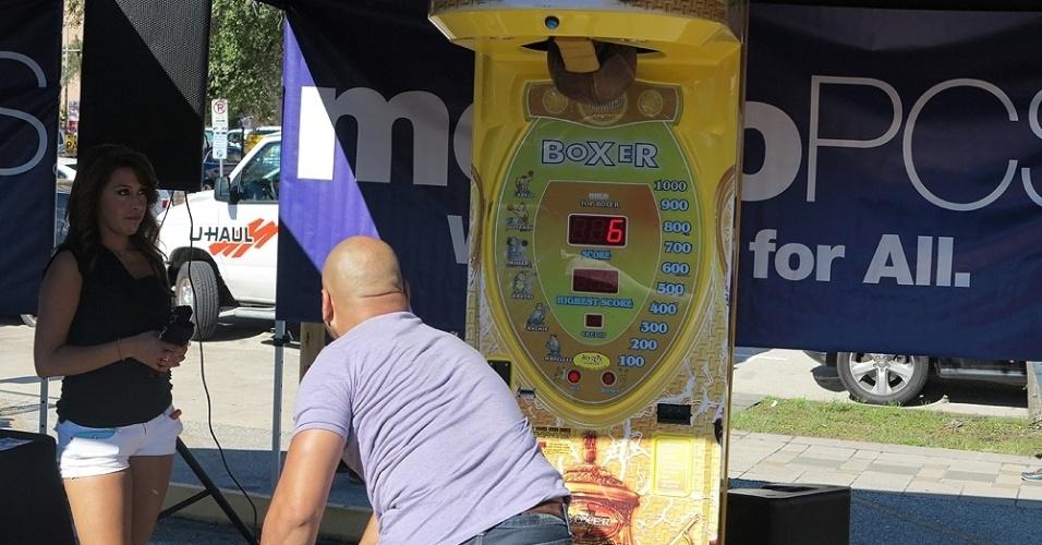 Máquina do soco mede a força das pessoas nos arredores do UFC 166