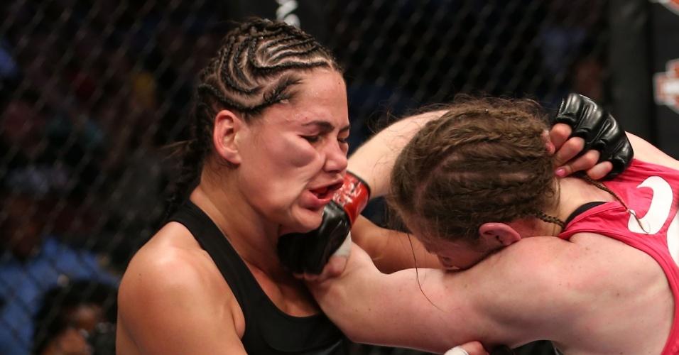 Sarah Kaufman acerta soco no rosto de Jessica Eye durante o UFC 166