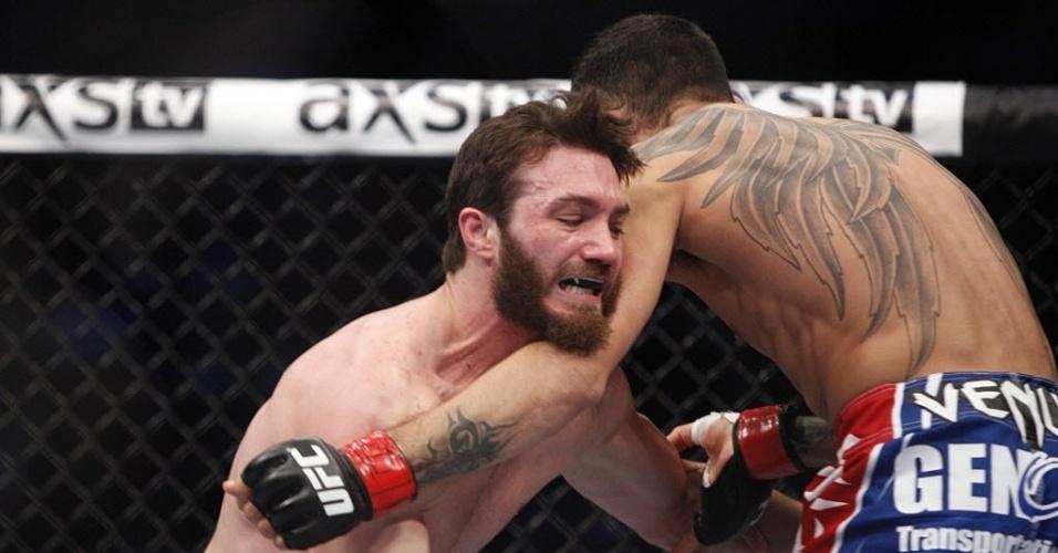 Tony Ferguson em luta contra Mike Rio no UFC 166