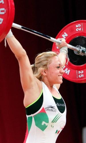 20.out.2013 - Carolina Valencia Hernandez, do México, parece até sorrir em momento de esforço no Mundial de levantamento de peso