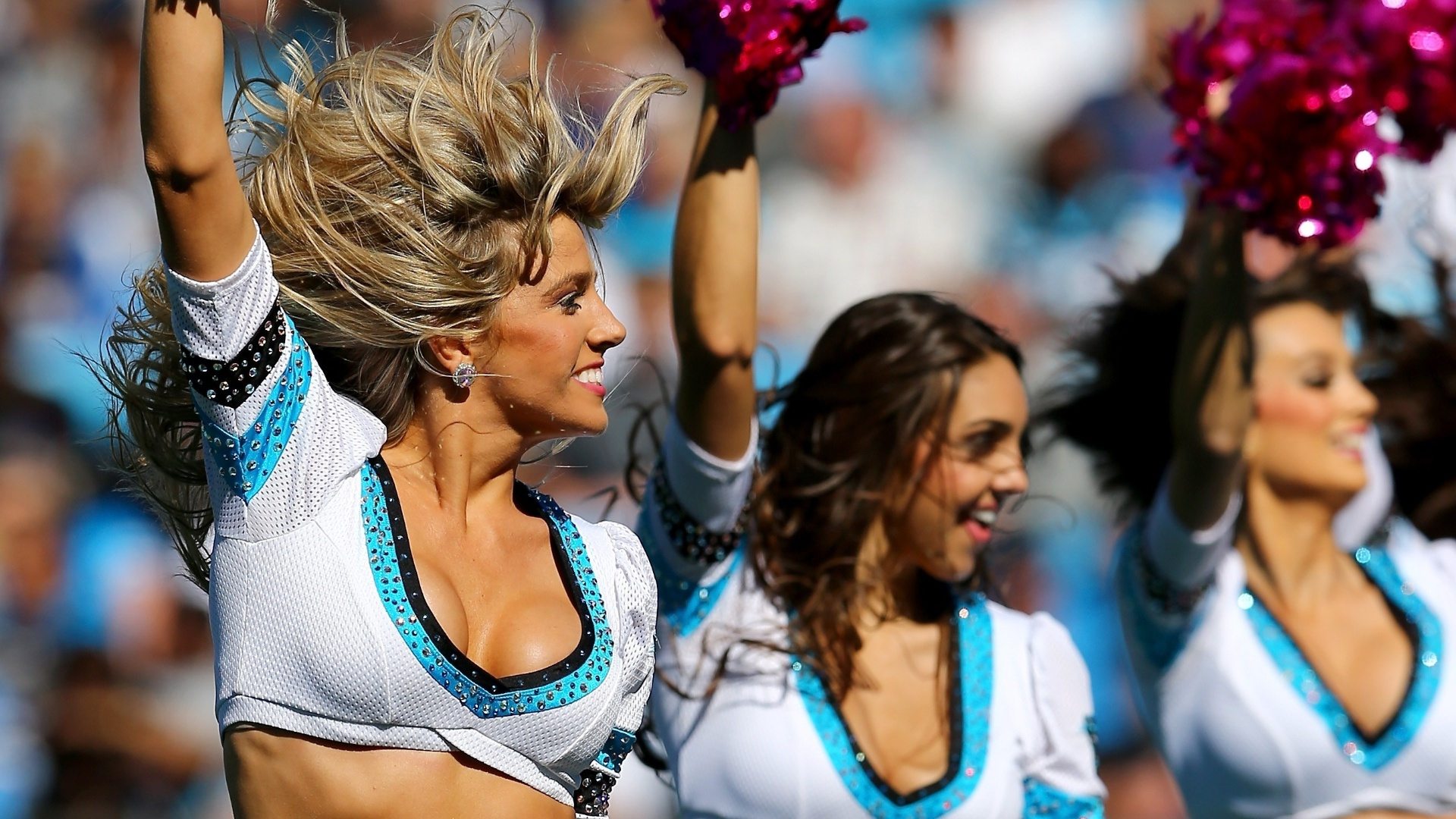 20.out.2013 - Cheerleaders do Carolina Panthers animam os torcedores antes da partida